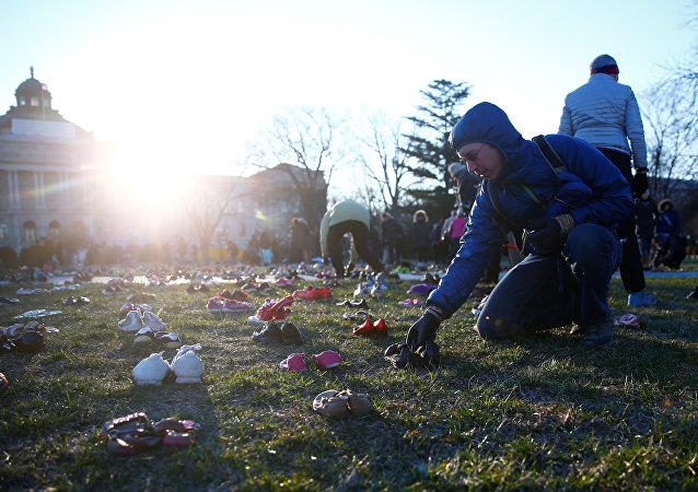نشطاء يضعون 7000 حذاء على العشب أمام مبنى الكونغرس بالعاصمة الأمريكية واشنطن في 13 مارس/آذار 2018