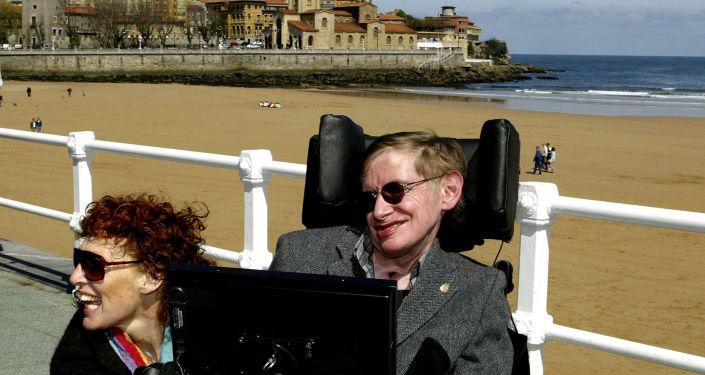 عالم الفيزياء البريطاني الشهير ستيفن هوكينغ وزوجته إلاين في إسبانيا، 10 أبريل/ نيسان 2005