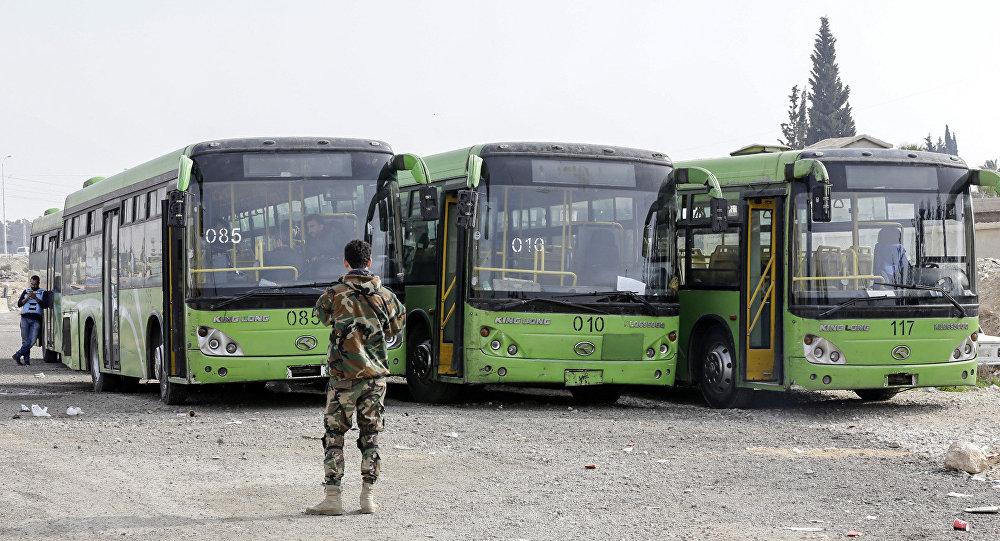 حافلات لإجلاء مدنيين، مخيم الوافدين في ضواحي دمشق، بالقرب من الغوطة الشرقية سوريا 13 مارس/ آذار 2018