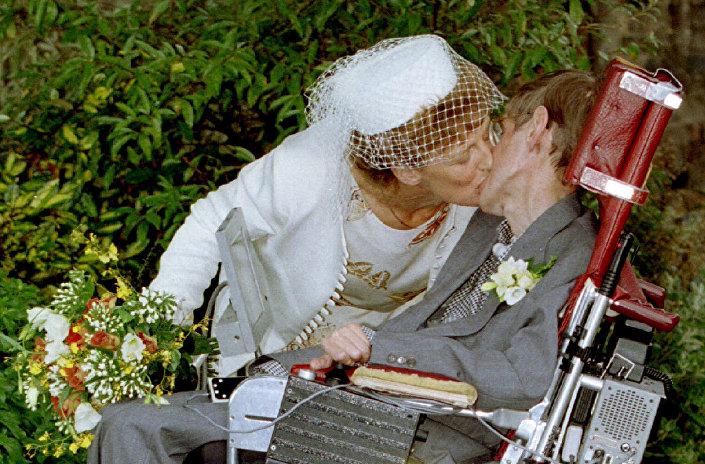 عالم الفيزياء البريطاني الشهير ستيفن هوكينغ وزوجته حديثا إلاين ماسون خلال مراسم الاحتفال بالزفاف، بريطانيا 15 سبتمبر/ أيلول 1995