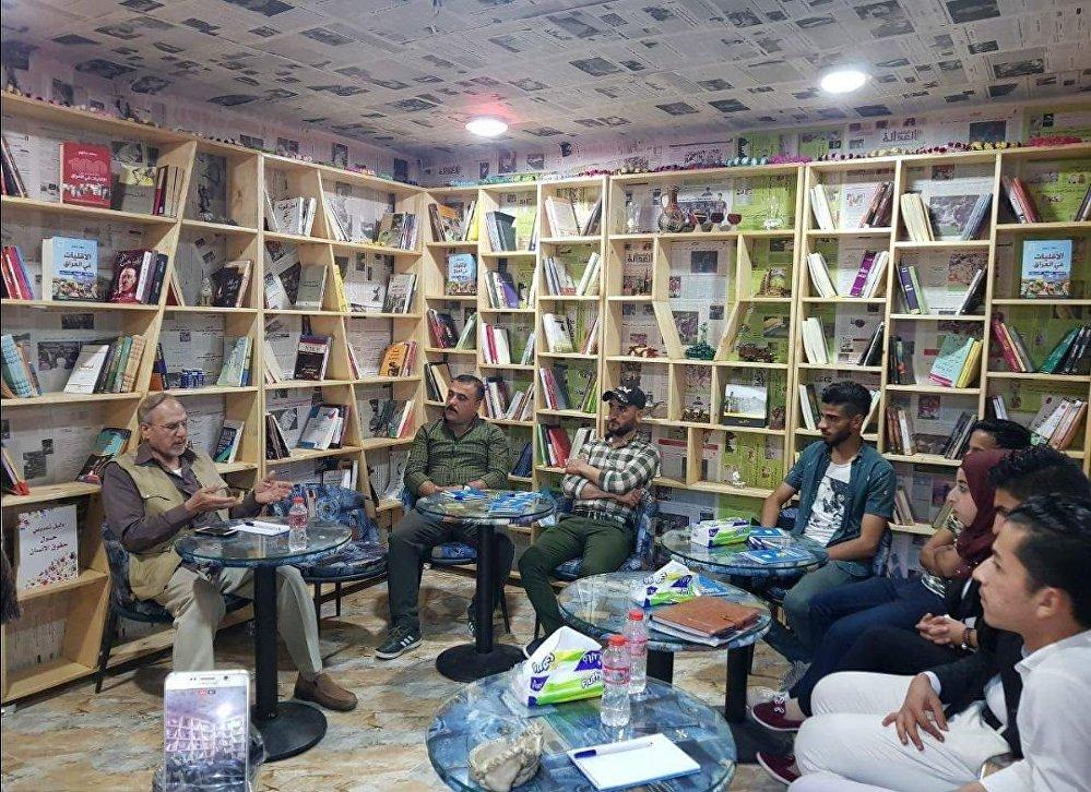 هواة عراقيون يصنعون كون خاص تسكنه الكتب