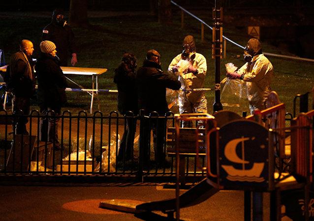 أفراد من شرطة الطوارئ في بريطانيا يرتدون سترات واقية أثناء تواجدهم في موقع العثور على ضابط الاستخبارات الروسية السابق العقيد سيرغي سكريبال في مركز تجاري بمدينة سالزبوري في 13 مارس / آذار 2018