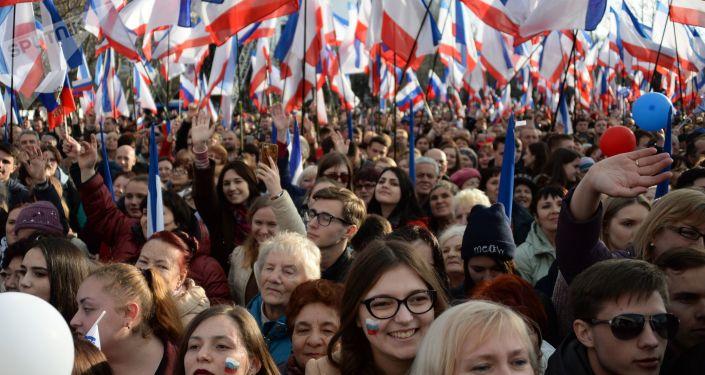 المشاركون في مسيرة بمناسبة ذكرى ضم شبه جزيرة القرم إلى روسيا في سيفاستوبول
