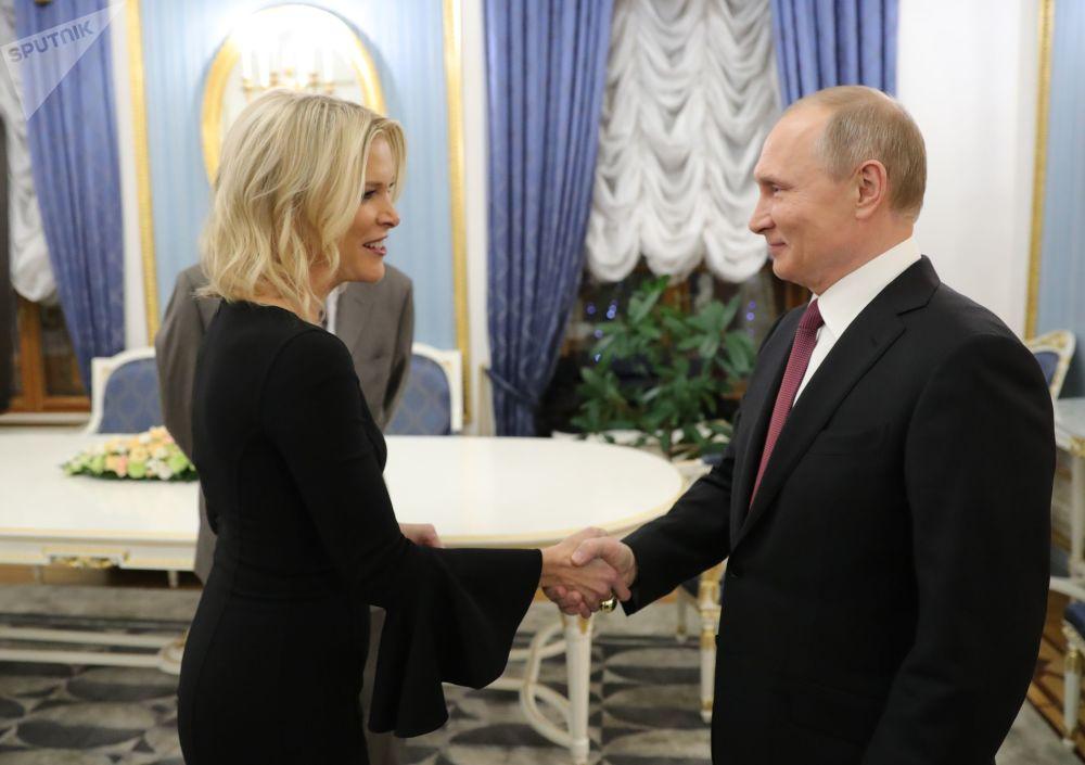 الرئيس فلاديمير بوتين لدى استقباله الصحفية الأمريكية ميغان كيلي (قناة إن بي سي NBC)، في الكرملين بموسكو، روسيا