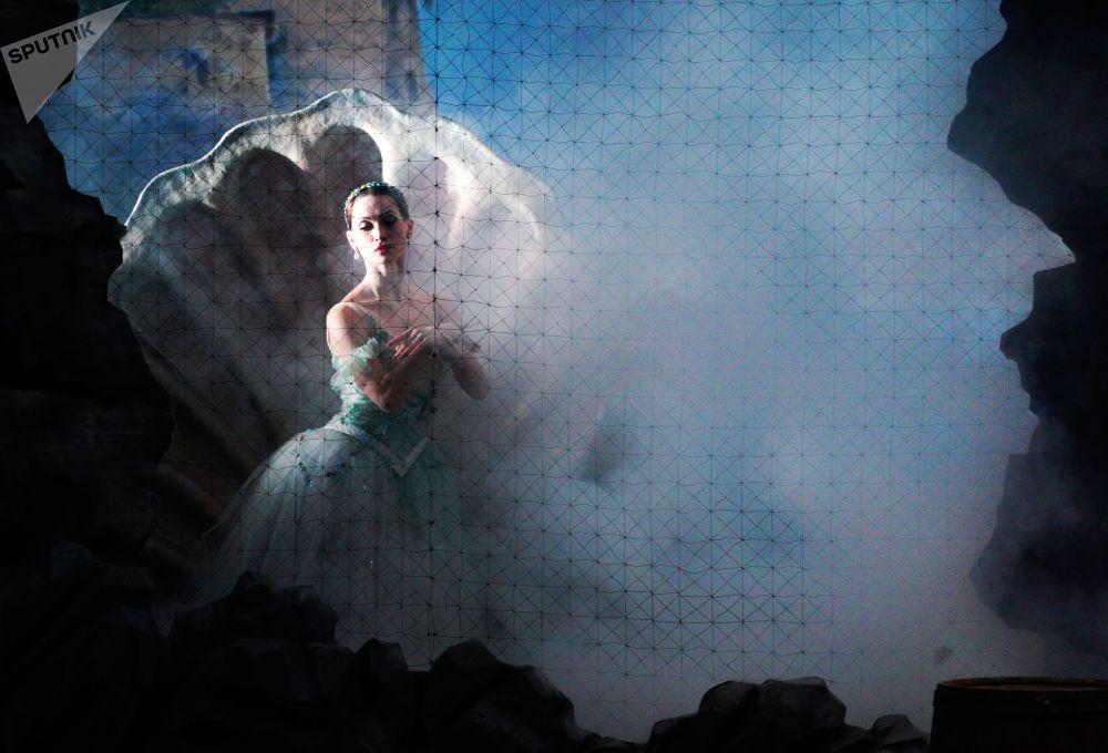 راقصة باليه ناديجدا إيفانوفا تلعب دور نايادا  في مسرحية نايادا والصياد في إطار مهرجان القناع الذهبي في مسرح بولشوي (الكبير) في موسكو