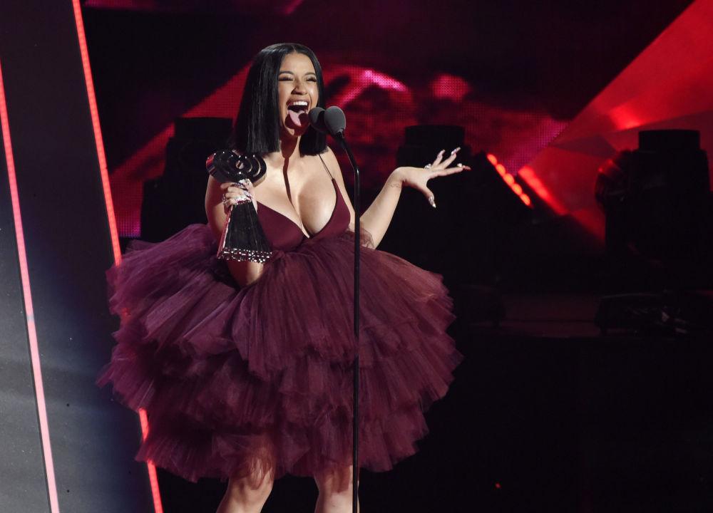 المغنية كاردي بي (Cardi B) خلال مراسم توزيع جوائز iHeartRadio Music Awards الموسيقية، كاليفورنيا، الولايات المتحدة 11 مارس/ آذار 2018