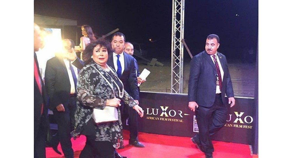 وزيرة الثقافة المصرية خلال وصولها لمهرجان الأقصر للسينما الأفريقية