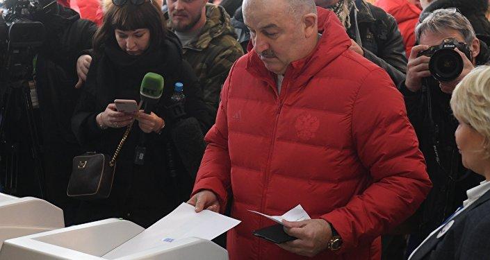 مدرب المنتخب الروسي يدلي بصوته في الانتخابات الرئاسية للبلاد
