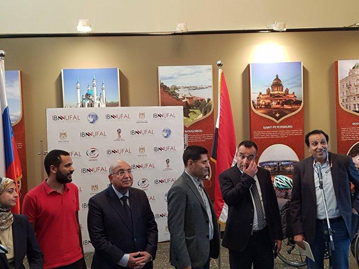 المغامر والدراج المصري محمد نوفل ومدير المركز الثقافي الروسي في القاهرة في مؤتمر صحفي اليوم الاثنين 19 مارس / آذار 2018