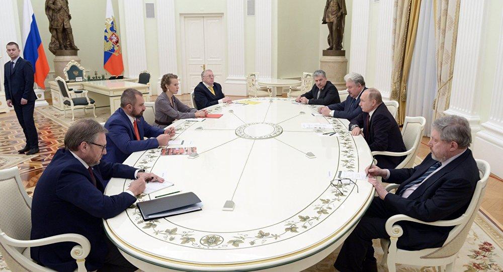 بوتين خلال لقائه بالمرشحين الآخرين لمنصب الرئيس الروسي