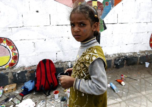 أطفال يمنيون يرسمون لوحة غرافيتي على الجدران لدعم السلام، في إطار حملة يوم مفتوح للفن في العصامة صنعاء، اليمن 15 مارس/ آذار 2018