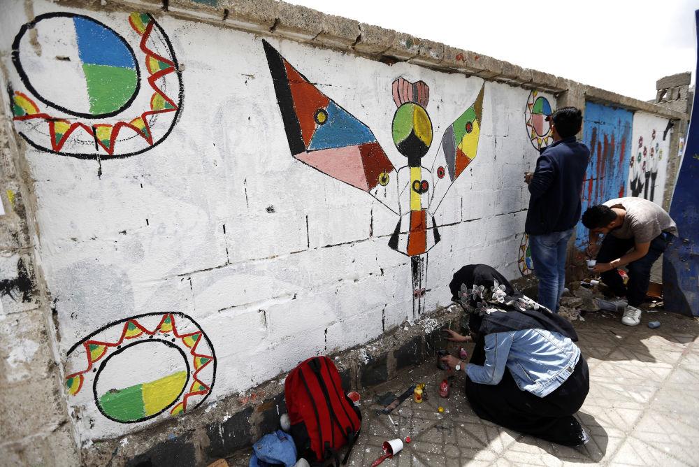 فنانون يمنيون يرسمون لوحة غرافيتي على الجدران لدعم السلام، في إطار حملة يوم مفتوح للفن في العصامة صنعاء، اليمن 15 مارس/ آذار 2018