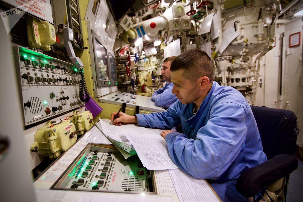 أعضاء طاقم غواصة نوفوسيبيرسك (مشروع 636.3) التي تعمل بالطاقة الكهربائية