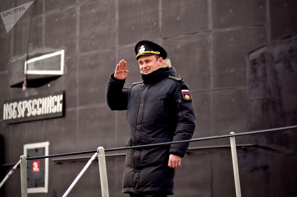 ألكسندر دودكين، ملازم أول ومساعد أول لقبطان الغواصة نوفوسيبيرسك (مشروع 636.3) التي تعمل بالطاقة الكهربائية