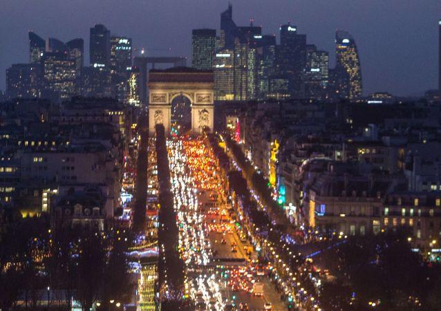 مشهد ليلي لقوس النصر والشانزليزيه ومجمع تجاري لا ديفونس في باريس، فرنسا
