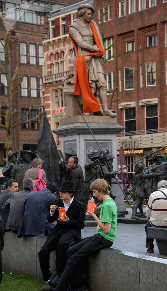 تمثال للفنان الشهير رامبرانت (القرن الـ 19) في أمستردام، هولندا