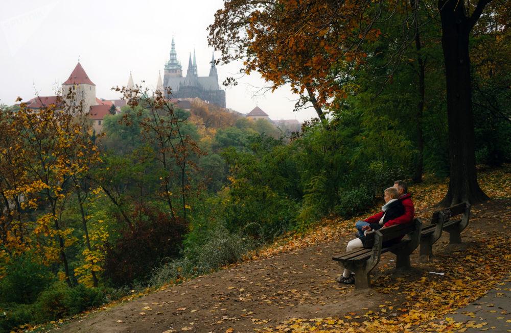 مشهد يطل على كتدرائية القديس فيتوس من الحديقة الملكية بالقرب من قلعة براغ في العاصمة التشيكية براغ