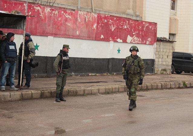 جندي روسي و جندي سوري
