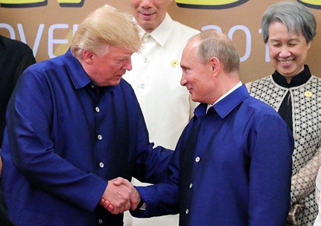الرئيس الروسي فلاديمير بوتين والرئيس الأمريكي دونالد ترامب في فيتنام