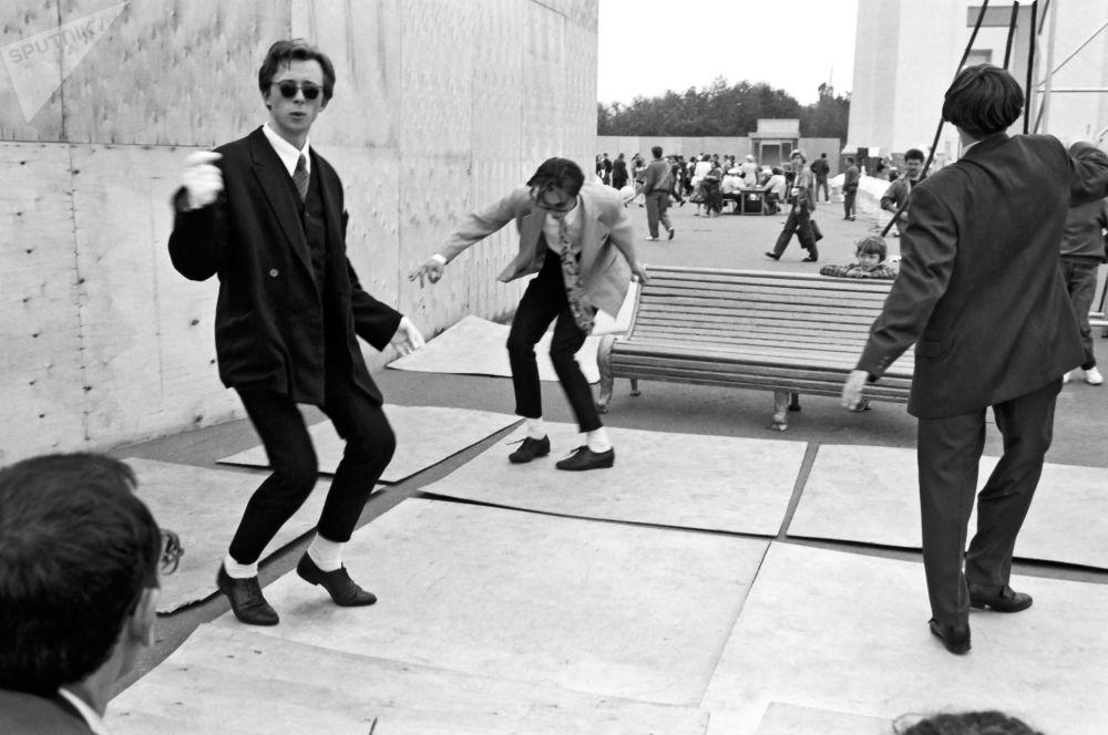 شباب يرقصون تويست، عام 1980