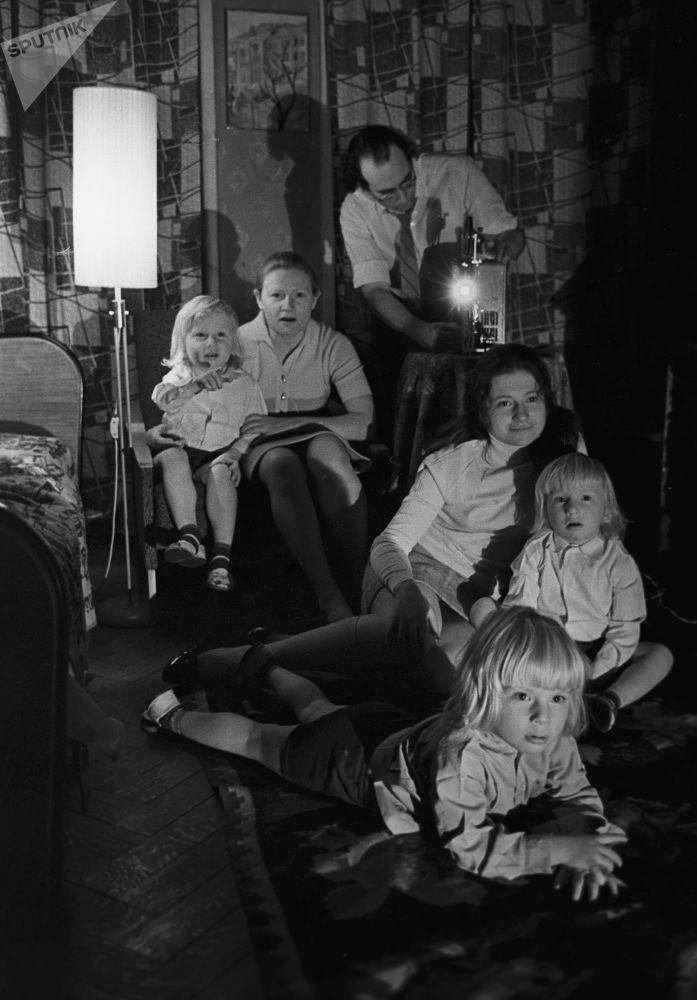 مشاهدة الأفلام في أمسية عائلية، عام 1974