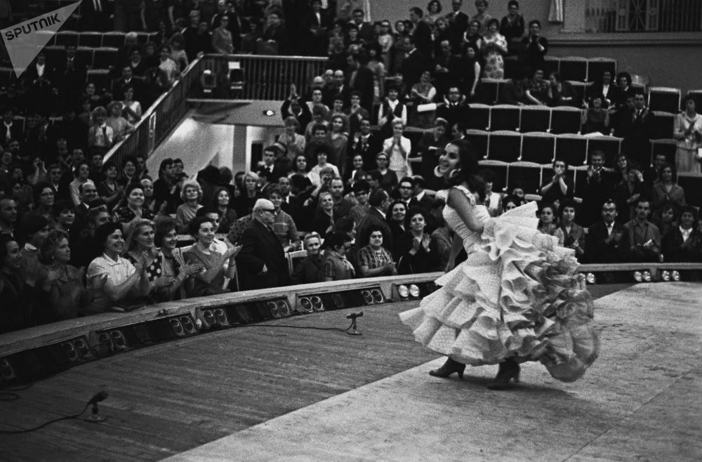 الراقصة الإسبانية ماريا روسا أثناء أدائها في موسكو، عام 1967
