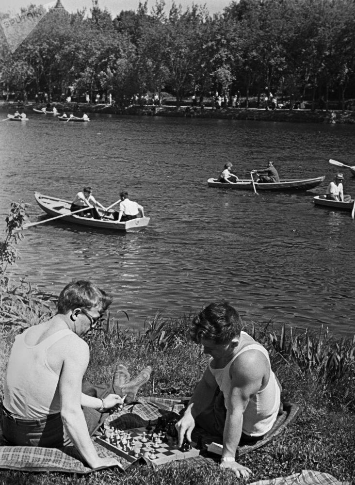 العطلة الصيفية في الحديقة العامة باسم ديرجينسكي في منطقة أوستانكينو بموكسو، عام 1961