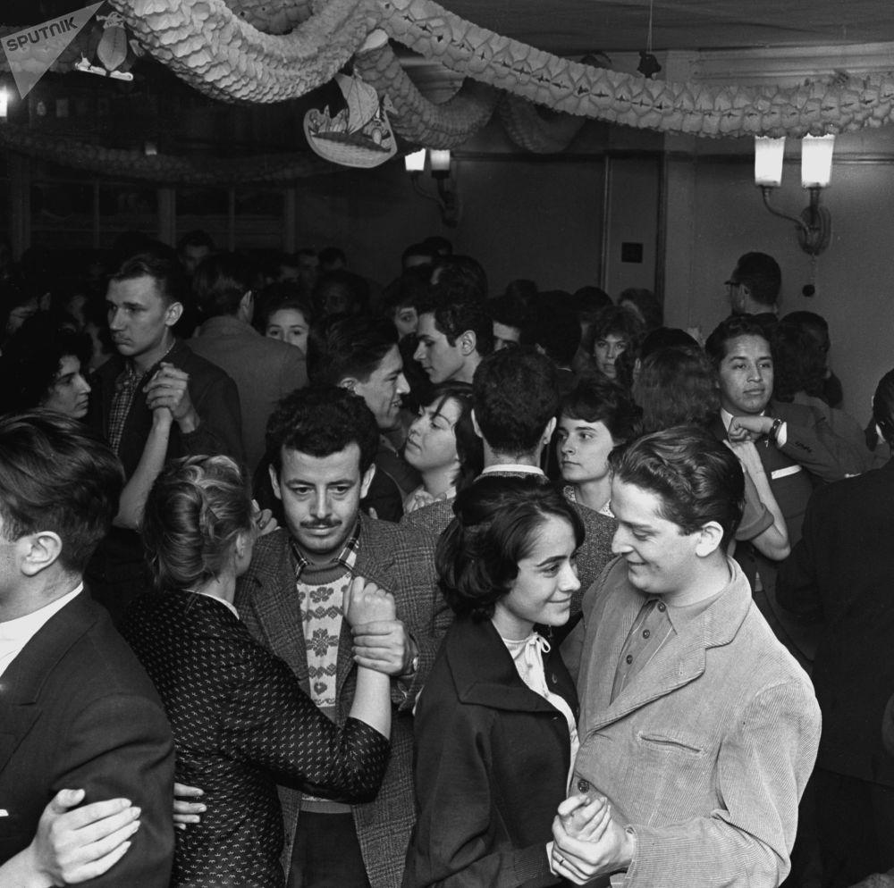 طلاب خلال قضاء العطلة الشتوية في دار أبرامتسيفو. حفل رقص، عام 1961