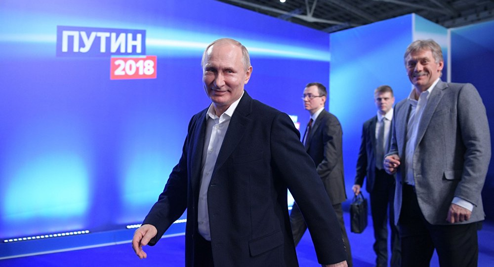 فلاديمير بوتين خلال زيارته إلى مقر حملته الانتخابية، 19 مارس/آذار 2018