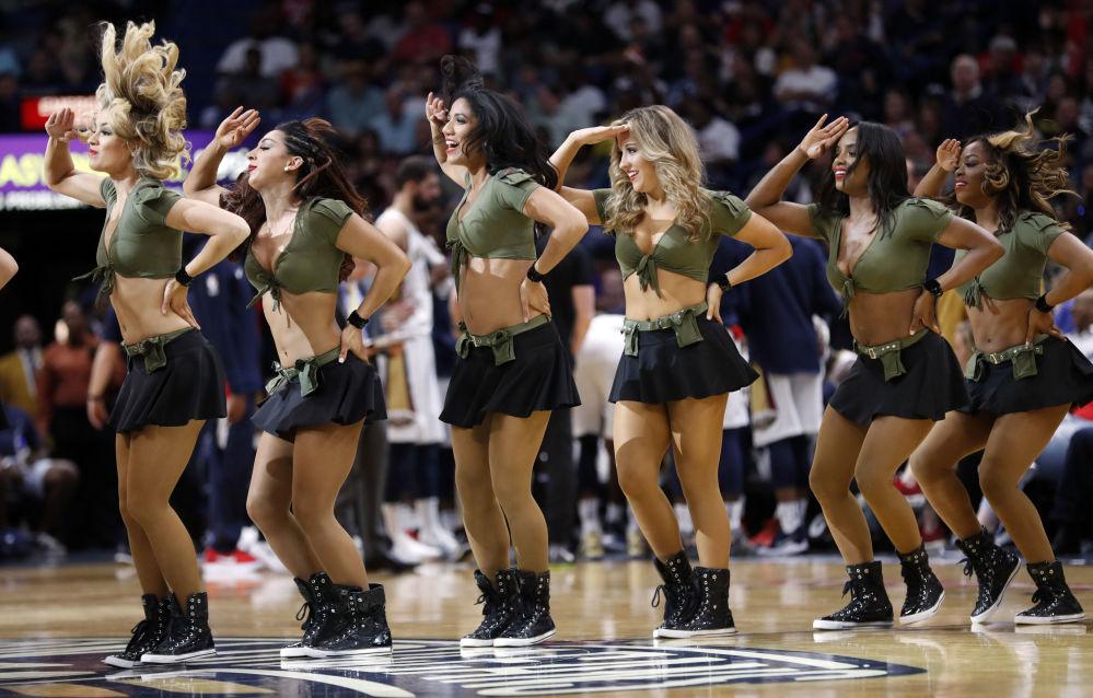 فتيات فريق التشجيع نيو أورلينز خلال استراحة بعد انتهاء النصف الأول من مباراة كرة السلة ضج بوسطن سيلتيك في نيوأولينز، الولايات المتحدة 18 مارس/ آذار 2018
