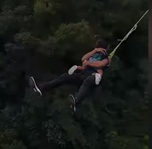 أب يقفز من ارتفاع 60 متر مع ابنته