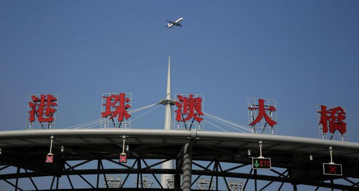 بناء أطول جسر بحري في الصين، ويسمى جسر هونغ كونغ - جوهاي - ماكاو. وهو أطول جسر بحري في العالم ويبلغ طوله 55 كلم، يحسث يضم 23 كلم من الجسور، 6.7 كلم من الأنفاق، وجزيرتين اصطناعتين