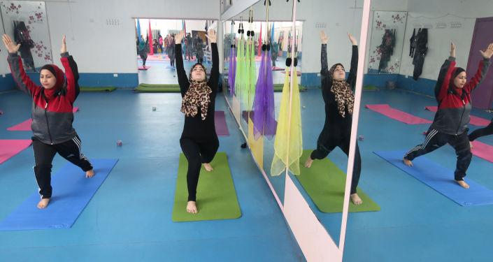 أول مركز لرياضة اليوغا للنساء في مدينة غزة، قطاع غزة، فلسطين 28 مارس/ آذار 2018