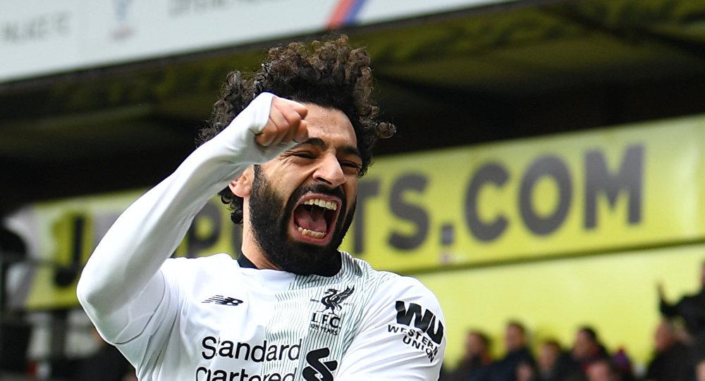 لاعب كرة القدم المصري محمد صلاح أثناء إحرازه الهدف الثاني في شباك فريق كريستال بالاس لصالح فريق ليفربول في دوري إنجلترا الممتاز لكرة القدم 31 مارس/آذار 2018