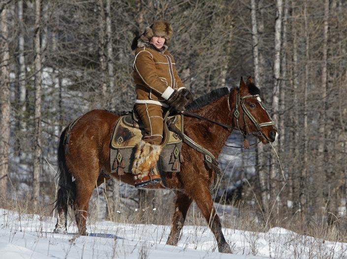 الرئيس الروسي فلاديمير بوتين يركب الخيل