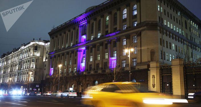 إنارة مبنى وزارة التربية والتعليم بإضاءة زرقاء في إطار فعاليات اليوم الدولي لمرض التوحد (Light It Up Blue)  في موسكو