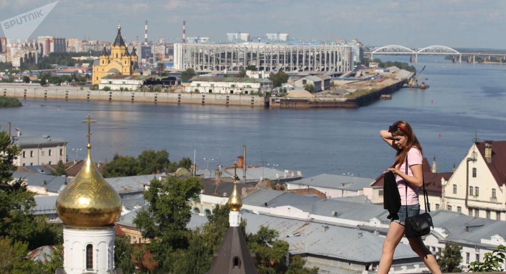 مشهد يطل على كاتدرائية ألكسندر نيفسكي وملعب نيجني نوفغورود عند التقاء نهر فولغا وأوكا