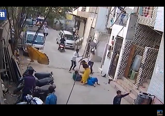 كلب يهجم على طفل في نيودلهي