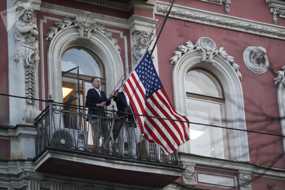 موظفو البعثة الدبلوماسية يقومون بإنزال العلم الأمريكي من على مبنى القنصلية الأمريكية في سان بطرسبورغ، روسيا 29 مارس/ آذار 2018