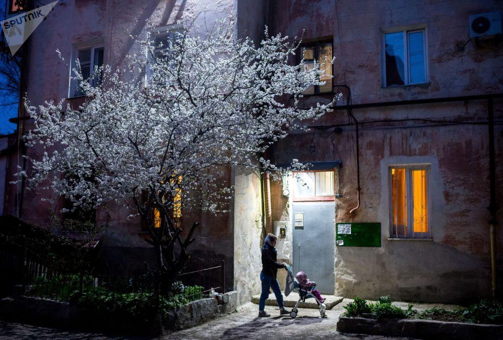 امرأة بالقرب من منزل في حي بسيفاستوبل، القرم، روسيا