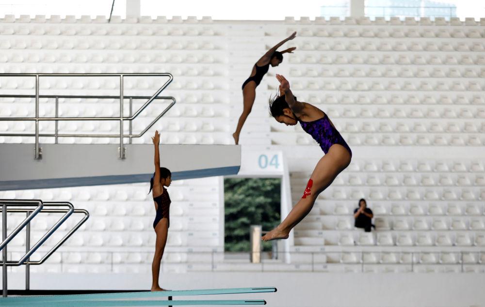 سباحون يغطسون في المركز المائي الموجود في مجمع غيلورا بونغ كارنو الرياضي ، وهو المكان الرئيسي لدورة الألعاب الآسيوية المقبلة 2018 في جاكرتا، إندونيسيا في 3 أبريل/ نيسان 2018
