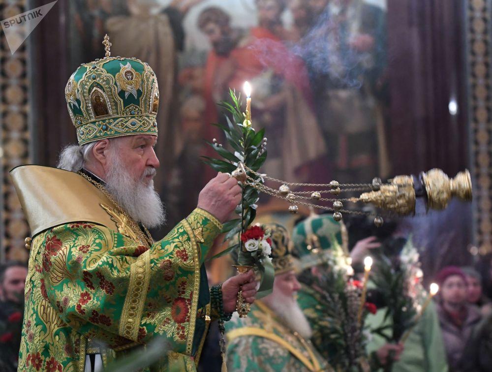 بطريرك موسكو وعموم روسيا كيرل خلال القداس عشية أحد الشعانين في كتدرائية المسيح المخلص في موسكو