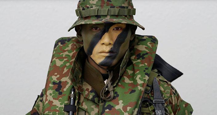 جندي من فرقة البرمائية السريعة التابعة لقوات الدفاع الذاتي اليابانية، وهي أول وحدة بحرية يابانية منذ الحرب العالمية الثانية