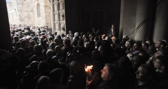 المصلون يشعلون شموع النار المقدسة في القدس