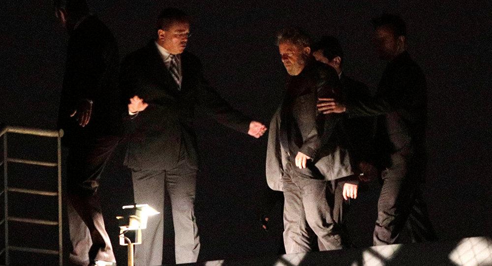 نقل رئيس البرازيل السابق لولا دا سيلفا إلى السجن