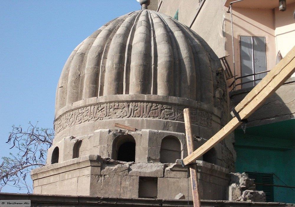 قبة سنجر المظفر... هو أحد وزراء مصر فى عهد السلطان الملك الناصر محمد بن قلاون (توفى ) سنة 722هـ 1322م ودفن بها.