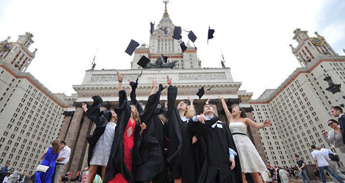 طلاب جامعة خريجين