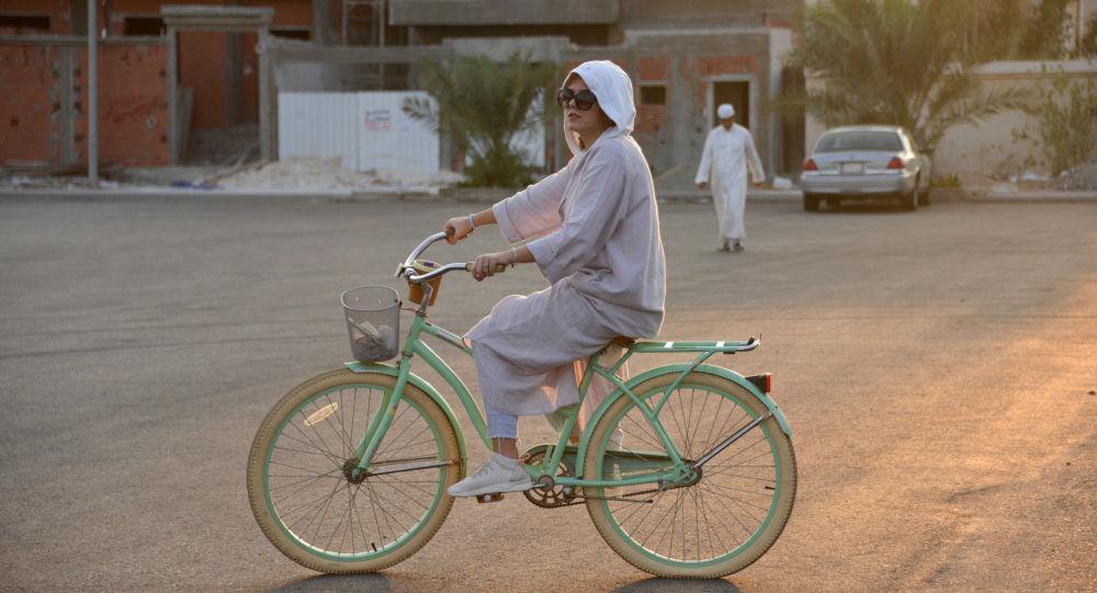 أميرة التركستاني تركب دراجة هوائية بجدة، المملكة العربية السعودية، 3 مارس/ آذار 2018