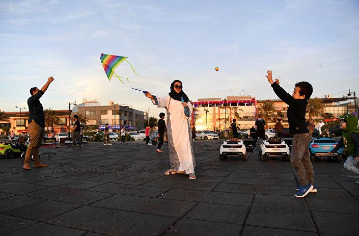 أميرة التركستاني مع زوجها وابنها في منتزه الكورنيش الأوسط بجدة، المملكة العربية السعودية، 27  يناير/ كانون الثاني 2018