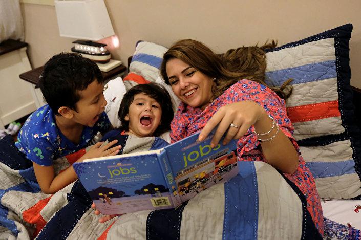أميرة التركستاني تقرأ لأطفالها قبل النوم في منزلهم في جدة، المملكة العربية السعودية، 23 أكتوبر/ تشرين الأول 2017